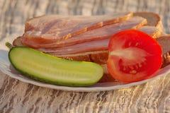 Τεμαχισμένα ζαμπόν και λαχανικά σε ένα πιάτο Στοκ εικόνα με δικαίωμα ελεύθερης χρήσης