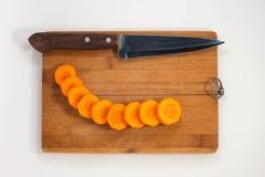 Τεμαχισμένα καρότα σε έναν τέμνοντα πίνακα Στοκ Εικόνα