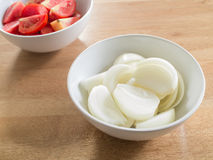 Τεμαχισμένα κρεμμύδια στο άσπρο κύπελλο Στοκ Εικόνα