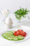 Τεμαχισμένα ντομάτα και αγγούρι σε ένα πιάτο, άσπρο υπόβαθρο Υψηλή βασική, εκλεκτική εστίαση Στοκ Φωτογραφίες
