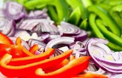 τεμαχισμένα πιπέρια κρεμμ&upsilo Στοκ Εικόνες