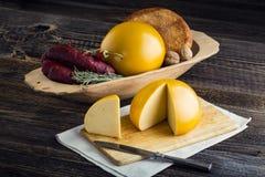 Τεμαχισμένα σπιτικά πρόβατα και cow& x27 τυρί του s Στοκ Εικόνα