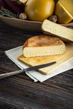 Τεμαχισμένα σπιτικά πρόβατα και cow& x27 τυρί του s Στοκ Εικόνες