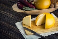 Τεμαχισμένα σπιτικά πρόβατα και cow& x27 τυρί του s Στοκ Φωτογραφία