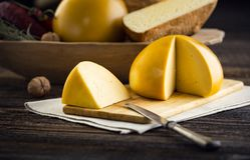 Τεμαχισμένα σπιτικά πρόβατα και cow& x27 τυρί του s Στοκ εικόνες με δικαίωμα ελεύθερης χρήσης