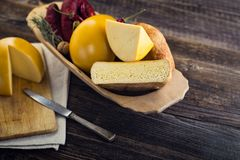 Τεμαχισμένα σπιτικά πρόβατα και cow& x27 τυρί του s Στοκ εικόνα με δικαίωμα ελεύθερης χρήσης