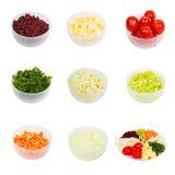 Τεμαχισμένα σύνολο λαχανικά σε ένα πιάτο που απομονώνεται Στοκ εικόνα με δικαίωμα ελεύθερης χρήσης