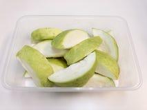 Τεμαχισμένα τροπικά φρούτα γκοϋαβών, έτοιμα να εξυπηρετήσουν στοκ εικόνες με δικαίωμα ελεύθερης χρήσης