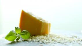 Τεμαχισμένα τυρί παρμεζάνας και φύλλο βασιλικού, οργανική συνταγή προϊόντων απόθεμα βίντεο