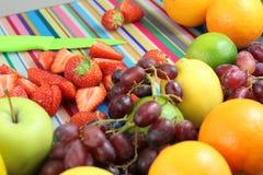 Τεμαχισμένα φράουλες και φρούτα στη ζωηρόχρωμη σκηνή κουζινών Στοκ εικόνα με δικαίωμα ελεύθερης χρήσης