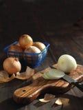 Τεμαχισμένα φρέσκα κρεμμύδια στο τεμαχίζοντας χαρτόνι. Στοκ εικόνα με δικαίωμα ελεύθερης χρήσης