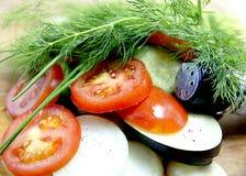 Τεμαχισμένα φρέσκα λαχανικά με τα καρυκεύματα και άνηθος για τη σαλάτα, υγιεινή διατροφή Στοκ Εικόνες