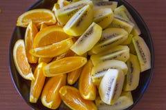 Τεμαχισμένα φρέσκα πορτοκαλιά και χρυσά φρούτα ακτινίδιων σε ένα πιάτο  Ώκλαντ Νέα Ζηλανδία στοκ εικόνες με δικαίωμα ελεύθερης χρήσης