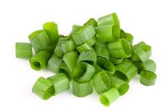 Τεμαχισμένα φρέσκα πράσινα κρεμμύδια που απομονώνονται στο άσπρο υπόβαθρο Στοκ φωτογραφία με δικαίωμα ελεύθερης χρήσης