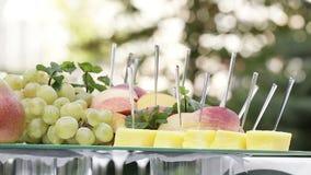 Τεμαχισμένα φρούτα †‹â€ ‹στον πίνακα Στοκ Εικόνες