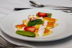 Τεμαχισμένα φρούτα με τα φύλλα μεντών Στοκ φωτογραφία με δικαίωμα ελεύθερης χρήσης