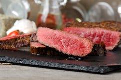 Τεμαχισμένα ψημένα βόειο κρέας καρυκεύματα μπριζόλας κοντά επάνω στοκ εικόνες με δικαίωμα ελεύθερης χρήσης