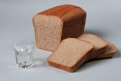 Τεμαχισμένα ψωμί σίτου και ποτήρι της βότκας Στοκ φωτογραφίες με δικαίωμα ελεύθερης χρήσης