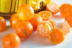 Τεμαχισμένα ώριμα tangerines, που ξεφλουδίζονται, διεσπαρμένα στοκ εικόνα με δικαίωμα ελεύθερης χρήσης