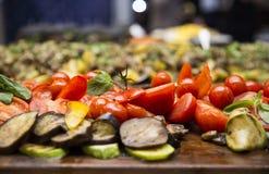 Τεμαχισμένες ντομάτες κερασιών, πιπέρια, μελιτζάνα, μανιτάρια και zucchin Στοκ φωτογραφία με δικαίωμα ελεύθερης χρήσης