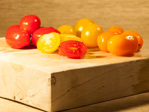 Τεμαχισμένες ντομάτες σε έναν τεμαχίζοντας πίνακα Στοκ εικόνα με δικαίωμα ελεύθερης χρήσης
