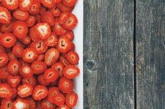 Τεμαχισμένες φράουλες σε ένα πιάτο Στοκ φωτογραφία με δικαίωμα ελεύθερης χρήσης