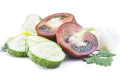Τεμαχισμένες φρέσκες juicy ντομάτες και φέτες αγγουριών Στοκ εικόνες με δικαίωμα ελεύθερης χρήσης