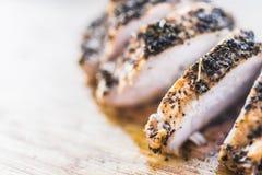 Τεμαχισμένες λωρίδες κοτόπουλου στα καρυκεύματα Στοκ φωτογραφίες με δικαίωμα ελεύθερης χρήσης