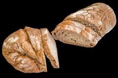 Τεμαχισμένη αγροτική φλοιώδης φραντζόλα ψωμιού που απομονώνεται στο μαύρο υπόβαθρο στοκ φωτογραφία με δικαίωμα ελεύθερης χρήσης