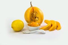 Τεμαχισμένη κολοκύθα σε μια μαρμελάδα πιάτων, λεμονιών και κολοκύθας στο πιατάκι Στοκ φωτογραφία με δικαίωμα ελεύθερης χρήσης
