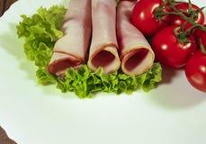 Τεμαχισμένη κρέας ντομάτα μαρουλιού φύλλων †‹â€ ‹σε ένα πιάτο Στοκ εικόνες με δικαίωμα ελεύθερης χρήσης