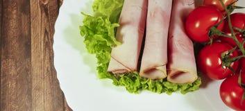 Τεμαχισμένη κρέας ντομάτα μαρουλιού φύλλων †‹â€ ‹σε ένα πιάτο Στοκ Εικόνες