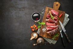 Τεμαχισμένη μέση σπάνια ψημένη στη σχάρα μπριζόλα βόειου κρέατος ribeye Στοκ εικόνα με δικαίωμα ελεύθερης χρήσης
