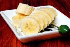 Τεμαχισμένη μπανάνα σε ένα μικρό πιάτο Στοκ εικόνες με δικαίωμα ελεύθερης χρήσης