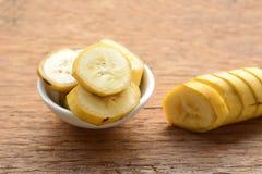 Τεμαχισμένη μπανάνα σε ένα φλυτζάνι Στοκ φωτογραφία με δικαίωμα ελεύθερης χρήσης
