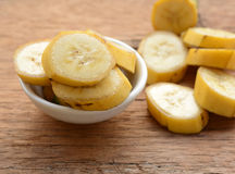Τεμαχισμένη μπανάνα σε ένα φλυτζάνι Στοκ εικόνες με δικαίωμα ελεύθερης χρήσης