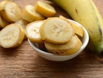 Τεμαχισμένη μπανάνα σε ένα φλυτζάνι Στοκ Φωτογραφίες