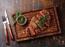 Τεμαχισμένη μπριζόλα κόντρων φιλέτο με τη σάλτσα chimichurri Στοκ Φωτογραφία
