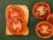 Τεμαχισμένη ντομάτα στη γαλλική φρυγανιά Στοκ εικόνα με δικαίωμα ελεύθερης χρήσης