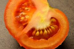 Τεμαχισμένη ντομάτα στον πίνακα κουζινών Στοκ εικόνα με δικαίωμα ελεύθερης χρήσης