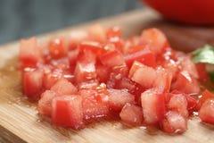 Τεμαχισμένη ντομάτα στον τέμνοντα πίνακα Στοκ φωτογραφία με δικαίωμα ελεύθερης χρήσης