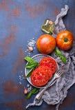 Τεμαχισμένη ντομάτα στο μπλε σκουριασμένο υπόβαθρο Στοκ Εικόνες
