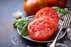 Τεμαχισμένη ντομάτα στο μπλε σκουριασμένο υπόβαθρο Στοκ φωτογραφίες με δικαίωμα ελεύθερης χρήσης