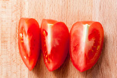 Τεμαχισμένη ντομάτα, τρία κομμάτια Στοκ εικόνες με δικαίωμα ελεύθερης χρήσης