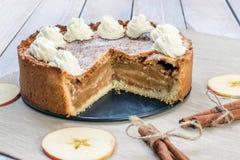 Τεμαχισμένη πίτα της Apple με την κτυπημένη κρέμα με την κανέλα και τη Apple Slic Στοκ Εικόνες
