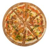 Τεμαχισμένη πίτσα Μαργαρίτα στον ξύλινο πίνακα Στοκ Εικόνες