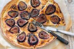 Τεμαχισμένη πίτσα με τα σύκα, το δίκρανο και το μαχαίρι Στοκ Εικόνες