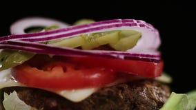 Τεμαχισμένη πτώση κρεμμυδιών στα λαχανικά burger απόθεμα βίντεο