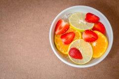 Τεμαχισμένη φράουλα, πορτοκάλι, λεμόνι στον πάγο Στοκ Εικόνα