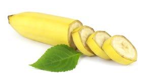 Τεμαχισμένη φρέσκια μπανάνα με το πράσινο φύλλο Στοκ εικόνα με δικαίωμα ελεύθερης χρήσης